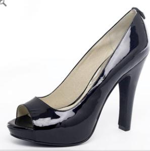 Zapato negro, boca de pescado o semiabierto. Aunque el zapato cerrados será siempre la mejor opción