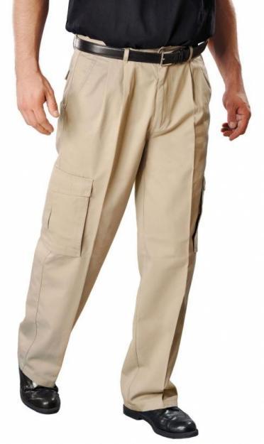 pantalon_beige_zapato_negro