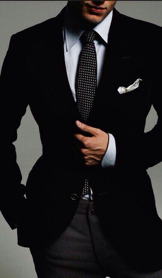 c527f639827d9 Los colores oscuros deben usarse por la noche. Por esta razón si la boda es  de día debes de vestir traje en color claro (gris claro