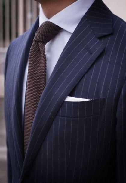 ... usa traje azul marino con zapatos cafés. traje azul intermedio hombre.  zapatos2 hombre blog davidnavarro. traje azul marino hombre f2257a9b6f1