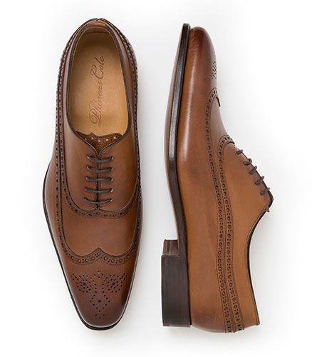 Traje negro zapatos miel