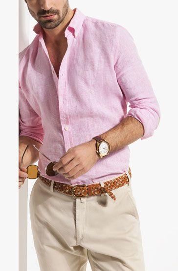 a83ae971ff La camisa rosa combina excelente con los pantalones de algodón color beige.  En este caso te recomiendo que el cinturón y los zapatos sean de color miel.