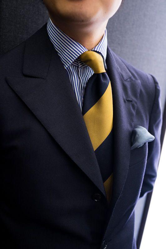 Traje Azul Marino corbata amarilla