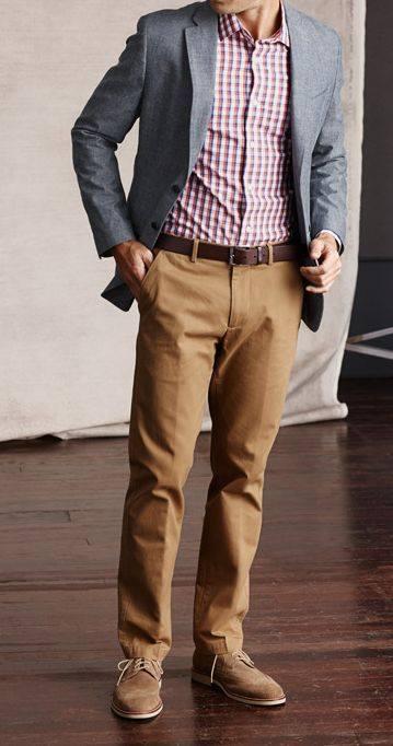 pantalón caqui con saco gris