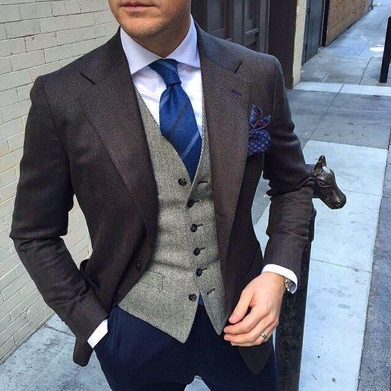 Chaleco gris con saco y corbata