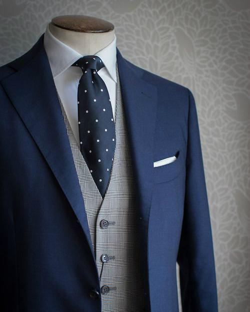 Chaleco gris con cuadros con traje y corbata