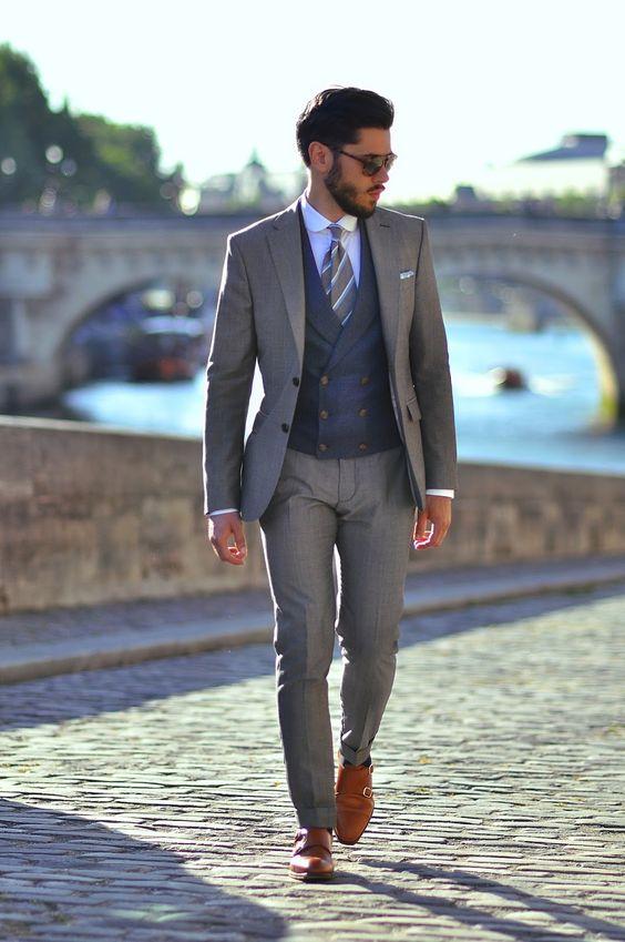 Chaleco azul marino y traje con corbata